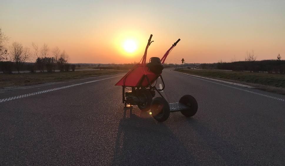 Film do artykułu: Taczkowóz spod Biłgoraja podbija internet. - Motoryzacją interesuję się od dziecka - przyznaje twórca. Zobacz wideo