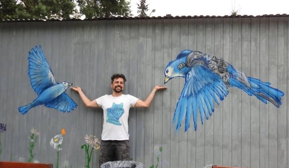 Film do artykułu: Małkinia Górna. Pierwszy mural w małkińskiej przesrzeni miejskiej. Jak powstawał? Uwieczniliśmy ten moment w nagraniu wideo!