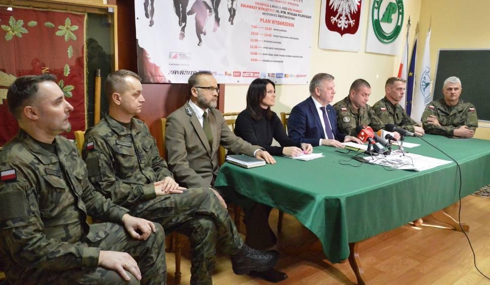 Film do artykułu: Bieg Tropem Wilczym po raz drugi w Ostrowcu. Będą pokazy wyszkolenia i sprzętu wojskowego [ZDJĘCIA]