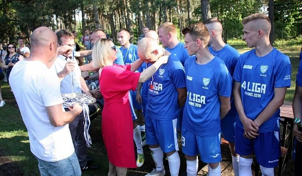 Film do artykułu: Orlicz Suchedniów świętował z kibicami awans do IV ligi po meczu z Zenitem Chmielnik