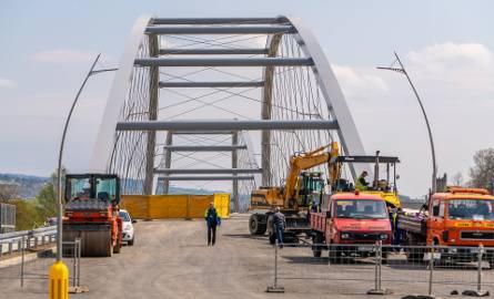 Nowy most heleński będzie otwarty w połowie maja. Asfalt już jest, czas na końcowe prace [ZDJĘCIA]