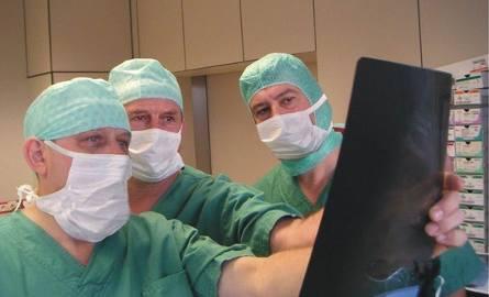 Na sali operacyjnej od lewej dr Jerzy Pieniążek, dr Lechosław Ciupik, Zielona Góra i prof. Robert Gunzburg z Antwerpii