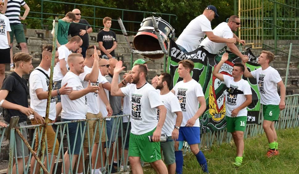 Film do artykułu: Star Starachowice świętował awans do IV ligi. Były specjalne koszulki i złote konfetti [ZDJĘCIA]