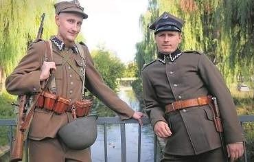 """Marcin Tutaj z GRH GO """"Śląsk"""" (z prawej) i autor tekstu Tomasz Szymczyk w mundurach, w których we wrześniu 1939 roku walczyli polscy"""