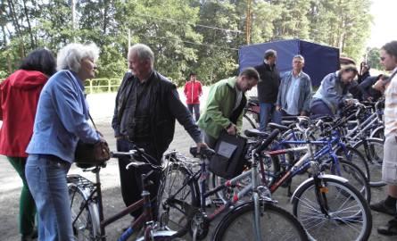 Na rower wsiada prawie każdy, także sekretarz gminy Stefania Majewska-Kilkowska (z lewej) nie stroni od tego środka lokomocji