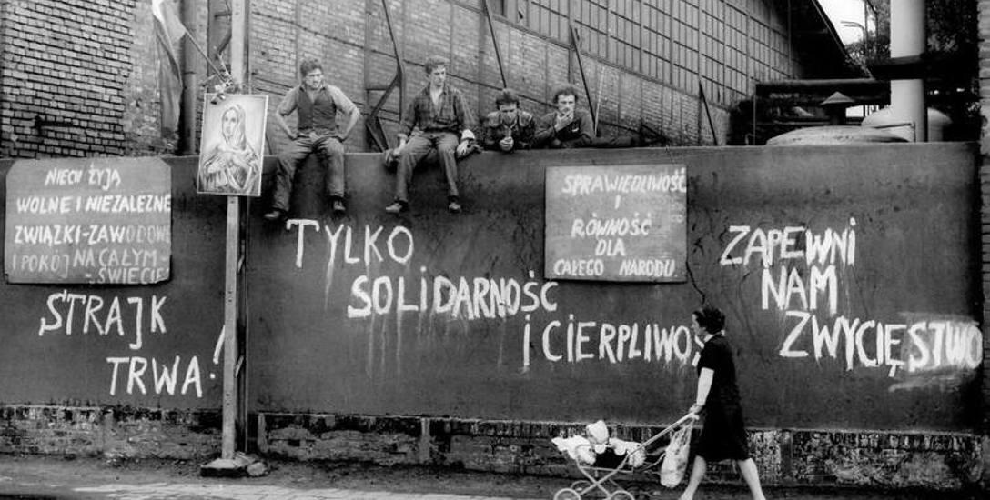 Zenon Mirota po raz pierwszy bramy Stoczni Gdańskiej przekroczył w 1953 roku. Od tego czasu przez blisko pół wieku niemal codziennie przemierzał zakład