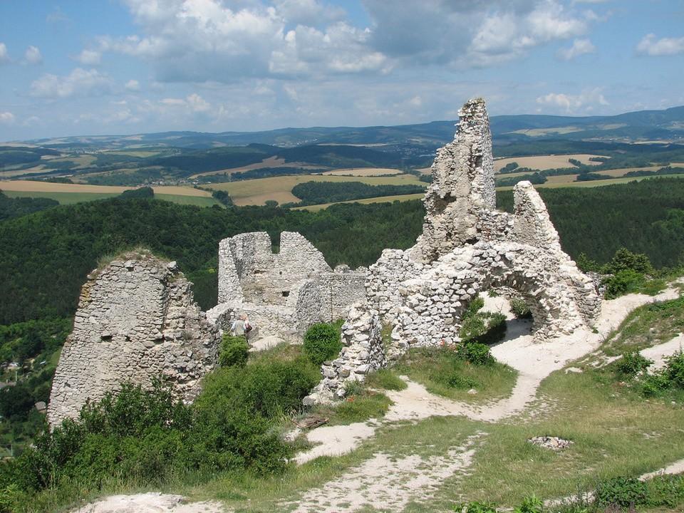 Zamek w Czachticach znajduje się na obszarze dzisiejszej Słowacji. Krwawa legenda dawnej właścicielki przyciąga w ponure ruiny tysiące turystów. [1]