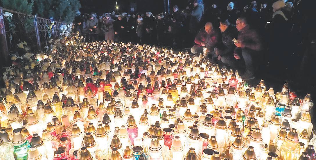 Wczoraj o godz. 17, w godzinę tragedii, przed miejscem, w którym do niej doszło, mieszkańcy modlili się za tragicznie zmarłe 15-latki