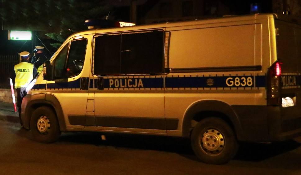 Film do artykułu: Tragedia w Moszczenicy. Mężczyzna zabity kilkadziesiąt metrów od swego domu