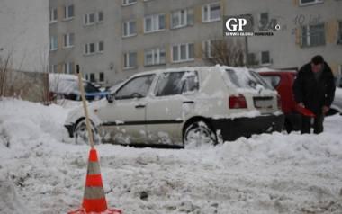 Znaki poziome w wielu miejscach w mieście, na przykład w strefie płatnego parkowania, są zaśnieżone. Kierowcy nie powinni być karani za ich nieprzestrzeganie