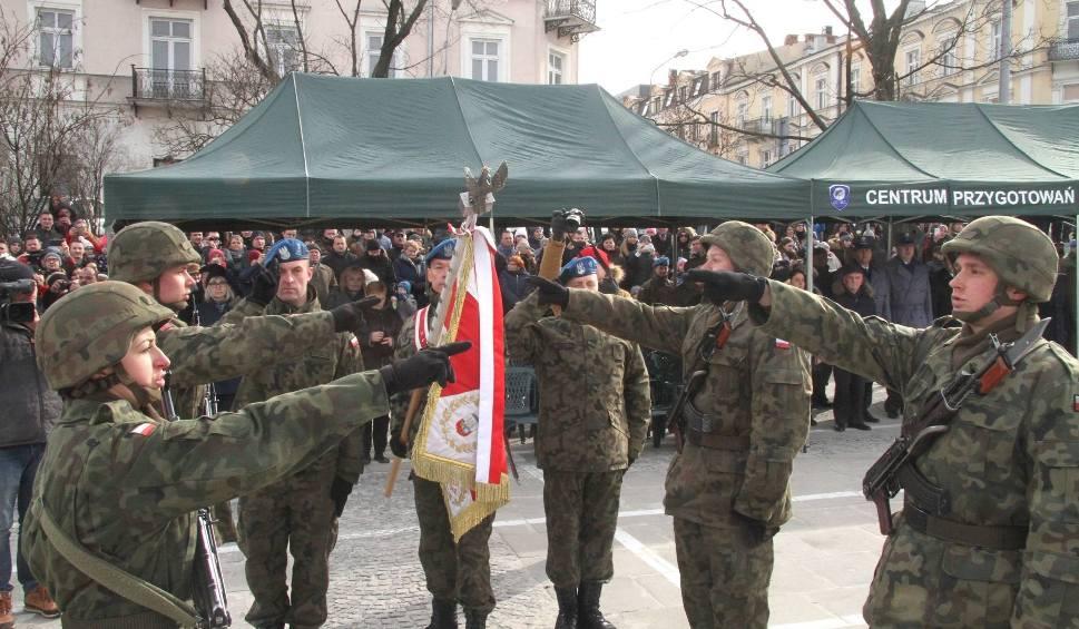 Film do artykułu: Uroczysta przysięga elewów na Placu Wolności w Kielcach. 5 żołnierzy otrzymało wyróżnienia