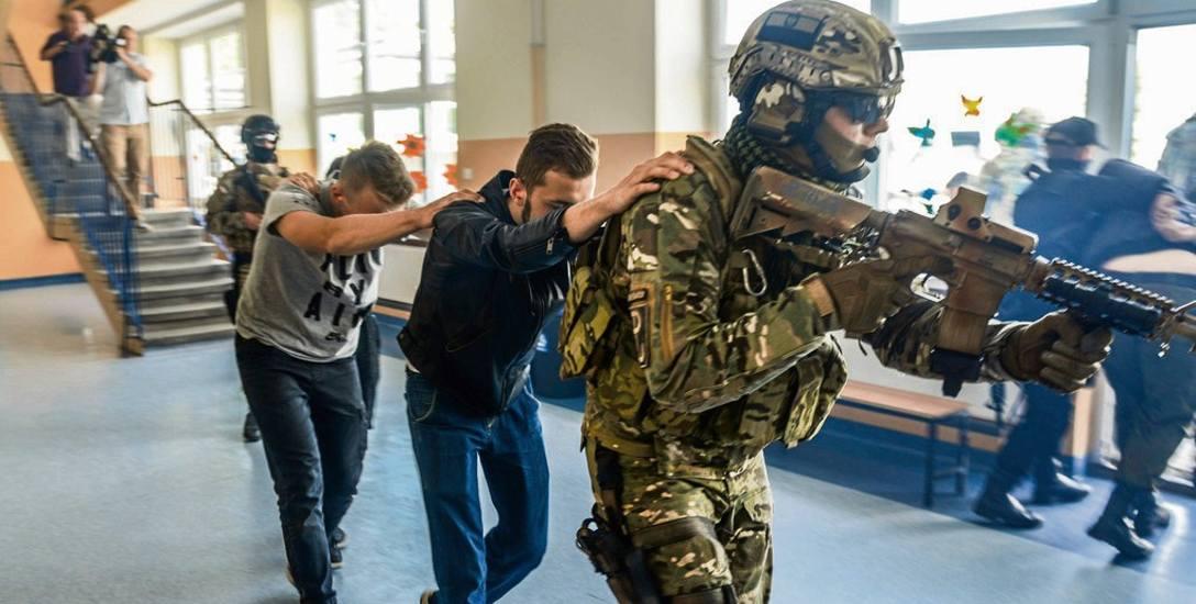 Ubiegłoroczne ćwiczenia antyterrorystów w Szkole Podstawowej nr 48 w Bydgoszczy. Oby taki scenariusz nigdy się nie spełnił się naprawdę. Na wszelki wypadek