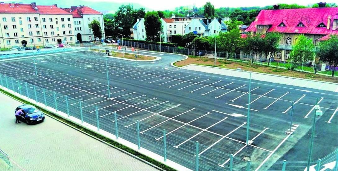 Płatny parking miejski przy ul. Rychlińskiego powstał w miejscu dawnej komendy policji