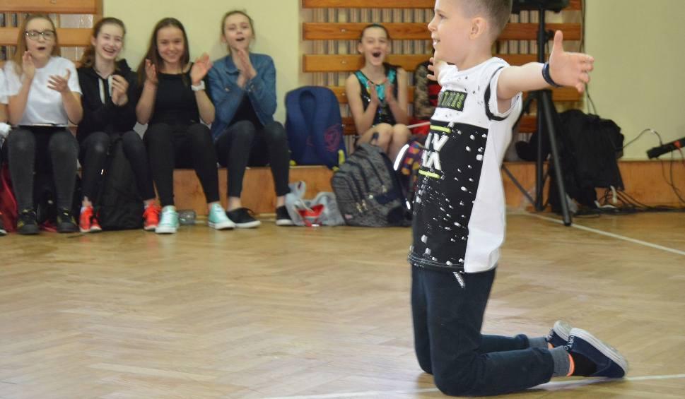Film do artykułu: Dzień Odkrywców Talentów w Szkole Podstawowej nr 6 w Ostrołęce: uczniowie tańczyli, śpiewali... [ZDJĘCIA+WIDEO]