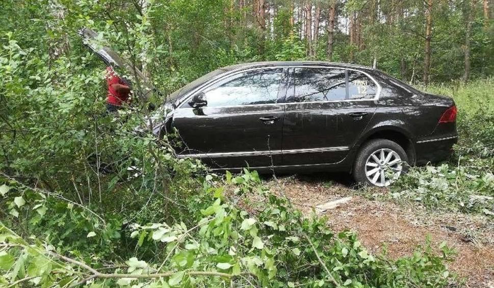Film do artykułu: Skoda wypadła z drogi i rozbiła się o drzewa. Wypadek miał miejsce w nocy, w Uradzie (pow. słubicki)