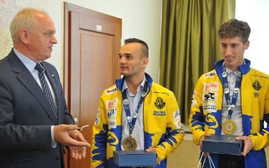 Wojewoda lubuski Władysław Dajczak wręczył zawodnikom Stali Gorzów (od lewej Bartosz Zmarzlik i Adrian Cyfer) drobne upominki