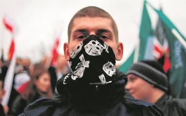 Opozycja pójście w marszu razem z narodowcami uznała za hańbiące dla Polski. Narodowcy się tym nie przejęli, a obóz rządzący ocenił, że opozycja nie