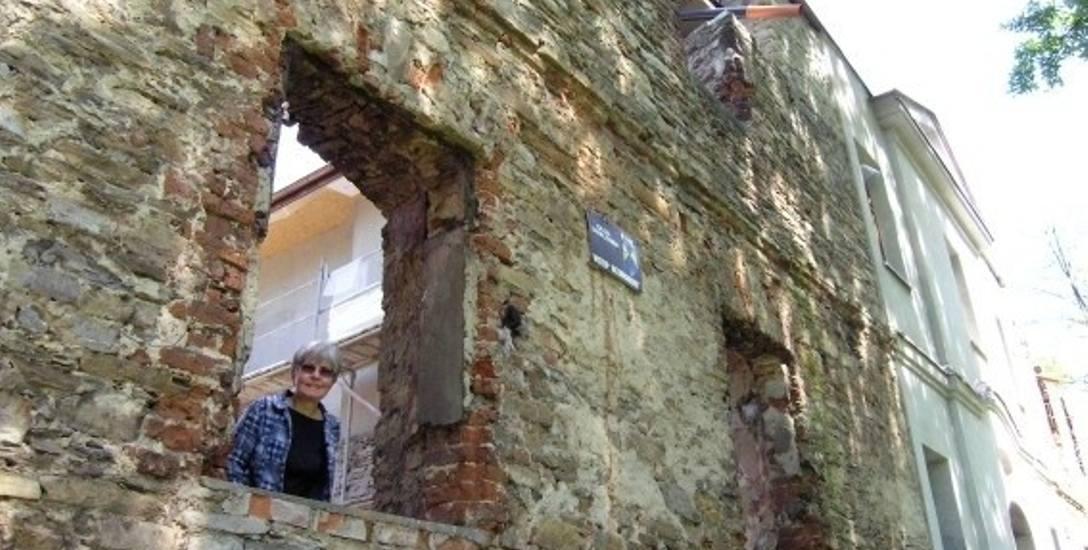 Ruiny dawnego dworu Kossaków zmienione zostały w Centrum Kultury i Sztuki. Na zdjęciu Anna Fenby Taylor, wnuczka pisarki