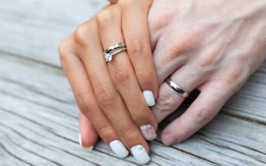 Jak pomalować paznokcie na ślub? W minionych sezonach najpopularniejsze były francuski manicure, babyboomer i brokat na różowym lub cielistym lakierze.