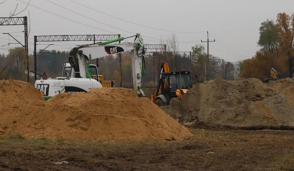 Film do artykułu: Budowa trasy N-S w Radomiu. Trwają roboty ziemne, miasto kupuje też działki pod nową drogę