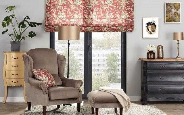 Jeśli do tej pory nasze okna były puste, można zawiesić w nich wzorzystą roletę rzymską, a na kanapie lub fotelach w salonie ułożyć poduszki dekoracyjne