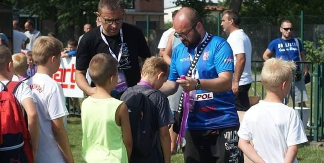 Tomasz Dec (w niebieskiej koszulce): - Nasze drużyny występują w ligach podkarpackich, ale na taki pierwszy poważniejszy sukces, jak na przykład debiut