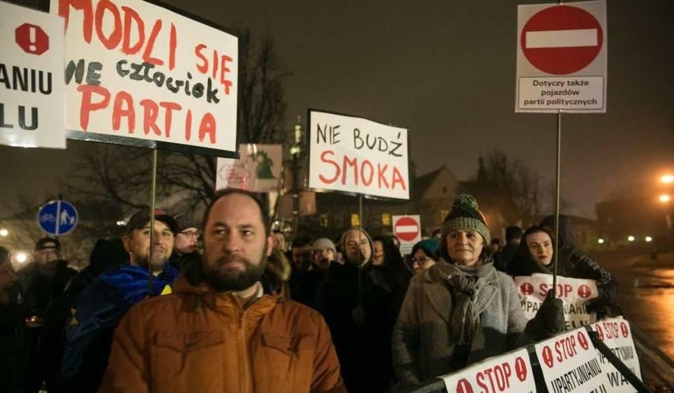 Film do artykułu: Pod Wawelem na prezesa PiS czekał protest [ZDJĘCIA, WIDEO]