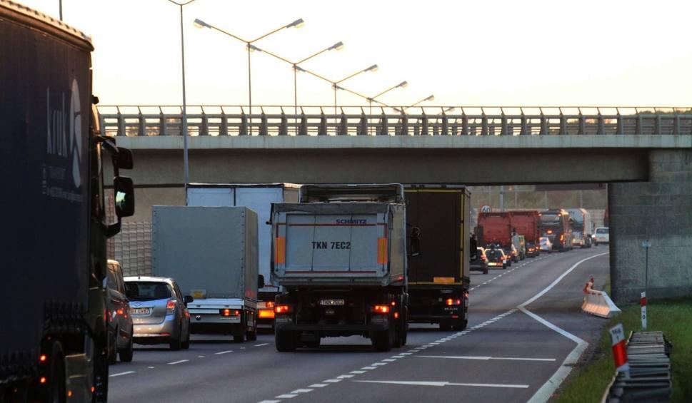 Film do artykułu: Nocne utrudnienia na A4 Katowice - Kraków. Czynny jest tylko jeden pas ruchu na jezdni do Katowic i do Krakowa
