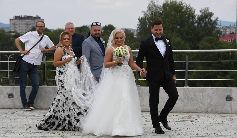 Film do artykułu: Przewodniczący Rady Miasta Kielce Kamil Suchański oraz radna Katarzyna Kwietniak w sobotę wzięli ślub. Było dużo znanych gości