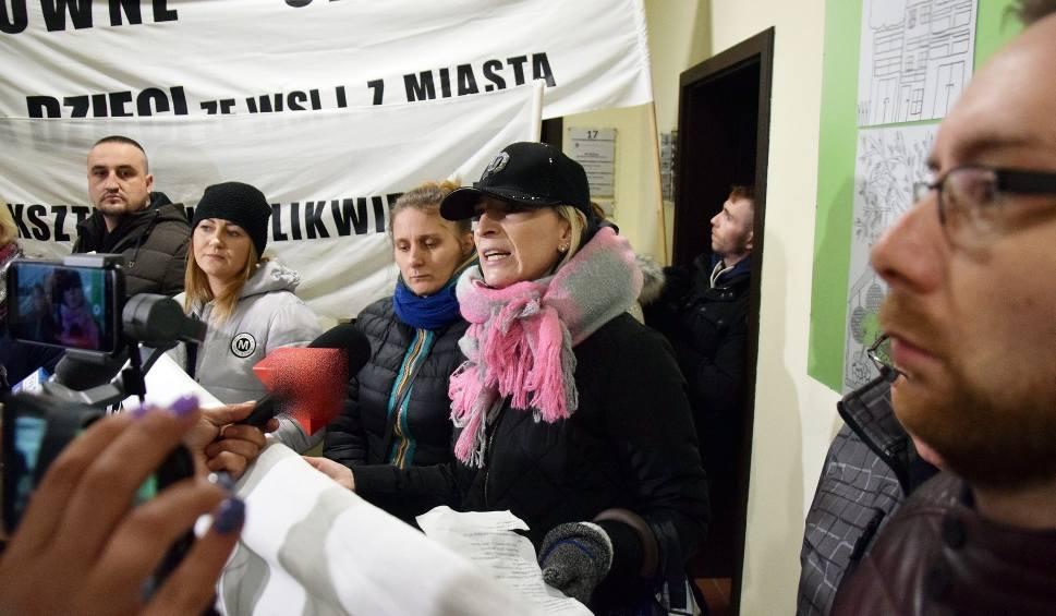 Film do artykułu: Pikieta w obronie szkół w Słosinku, Piaszczynie i Kamnicy (wideo, zdjęcia)