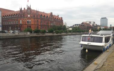Jedną z atrakcji Bydgoszczy jest tramwaj wodny.