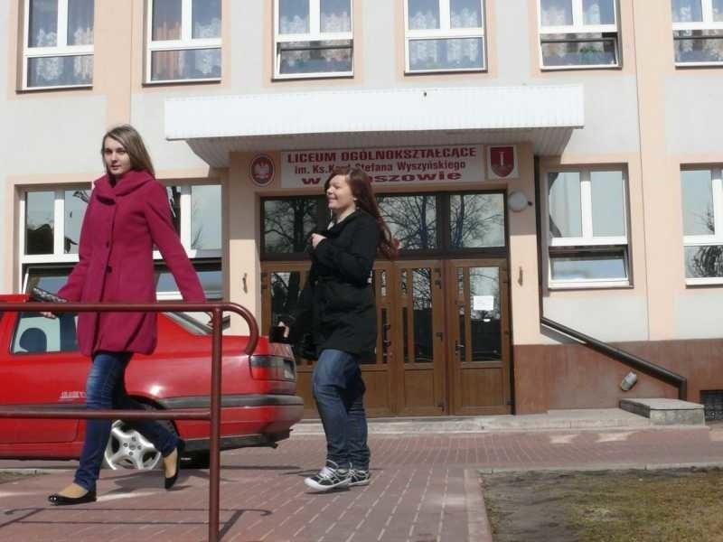 Budynek liceum w Staszowie. Jeszcze tydzień temu te drzwi prowadziły do świetlicy Hades. Dyrekcja wymieniła zamki a wolontariusze trafili na bruk.
