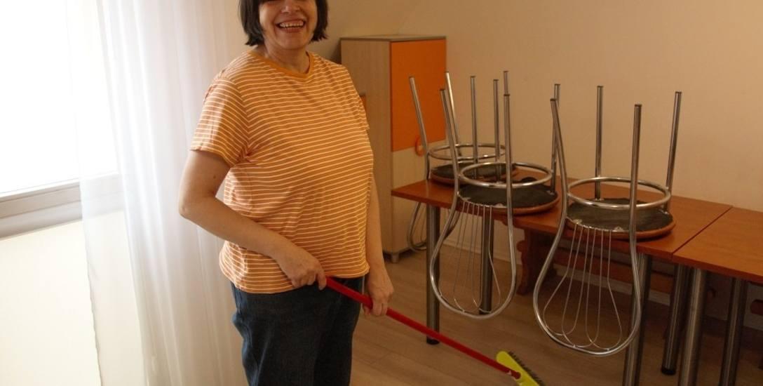 W Arce niepełnosprawni mają się przygotować do samodzielnego życia. Na zdjęciu przy codziennych obowiązkach - Jola, jedna z przyszłych mieszkanek do