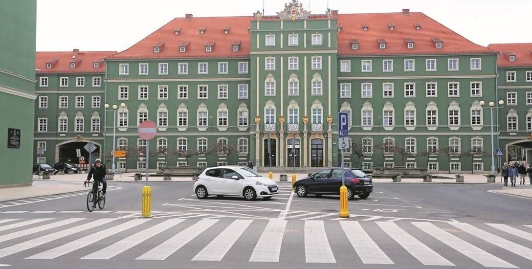 Miasto nie czekając na wynik negocjacji ze związkami wprowadziło do budżetu podwyżki dużo niższe, niż oczekiwane przez związki, tj.  kwotę 110 zł (dla