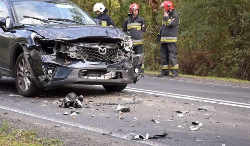 Film do artykułu: Gniezno: Zderzenie osobówki z autem ciężarowym. Jedna osoba w szpitalu