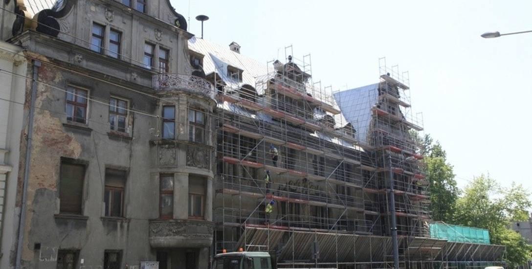 Remont pałacu Steinertów. Renowacja fasady idzie równolegle do prac wyburzeniowych i rozbiórek [ZDJĘCIA]