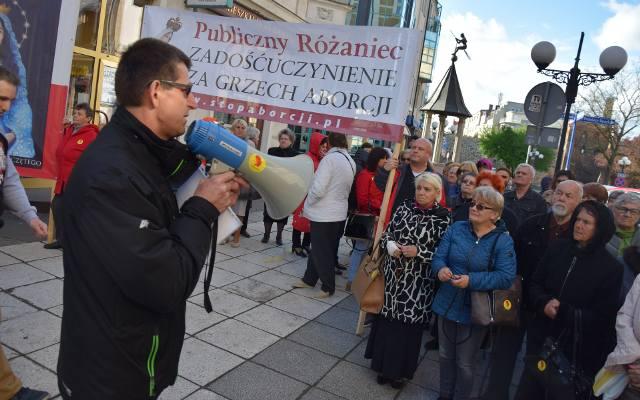 Ludzie modlili się przed biurem PiS w Gorzowie. Dlaczego? [ZDJĘCIA]