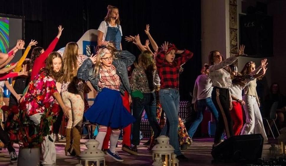 """Film do artykułu: """"Mamma Mia"""" znów zabrzmi na scenie """"Etiudy"""". Ostrowieccy uczniowie zagrają w poniedziałek po południu"""