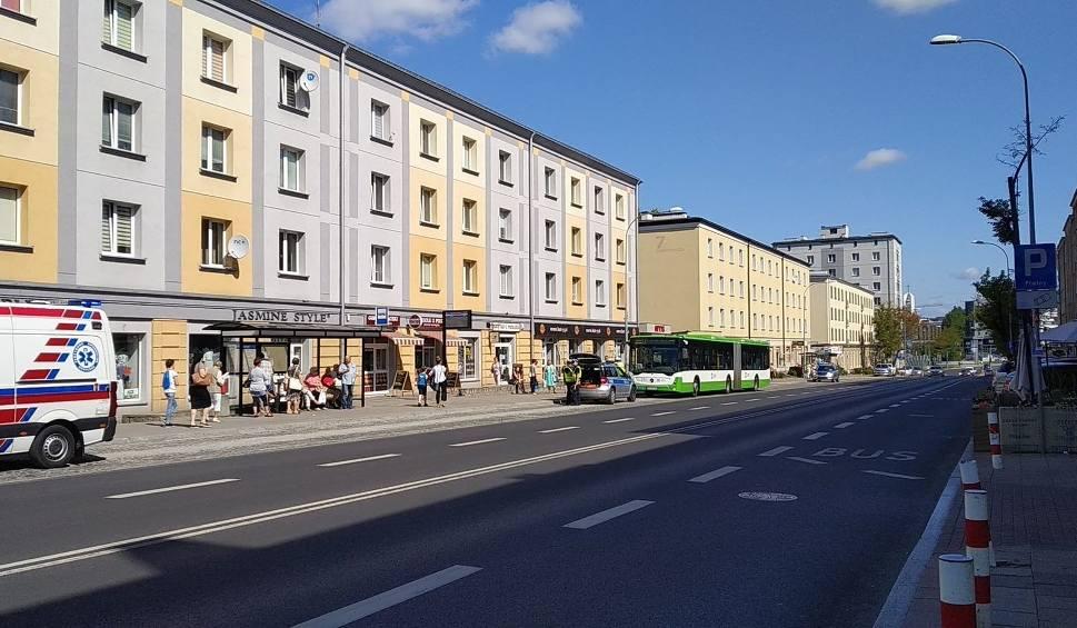 Film do artykułu: Zdarzenie drogowe na ulicy Sienkiewicza. Autobus miejski musiał gwałtownie zahamować. Sześć osób trafiło do szpitala [ZDJĘCIA]