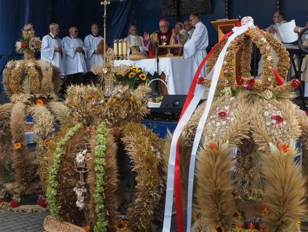 W sobotę w Lasku Arkońskim w Wierzchowie zorganizowane zostały dożynki powiatu drawskiego. Podczas imprezy nie zabrakło występów artystycznych i konkursu