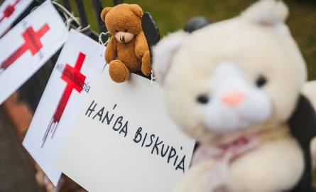 """""""Hańba Biskupia"""". Ogólnopolski protest przeciwko pedofilii w Kościele zorganizowano także w Gdańsku"""
