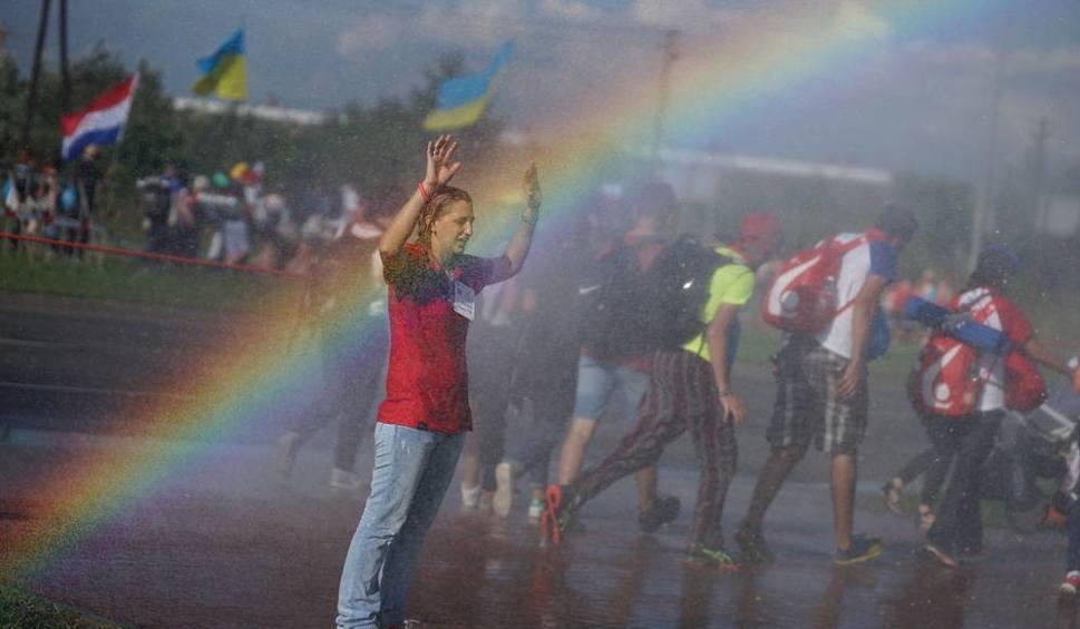 Film do artykułu: Radosne tłumy pielgrzymów w drodze do Brzegów [ROK PO ŚDM, ZDJĘCIA]