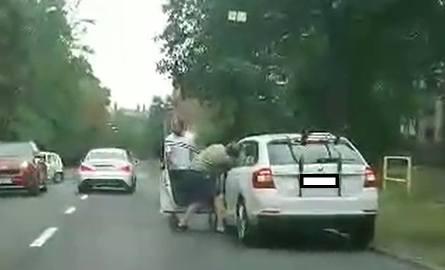 Dwóch mężczyzn podbiegł do samochodu, a jeden z nich zaczął okładać pięściami kierowcę