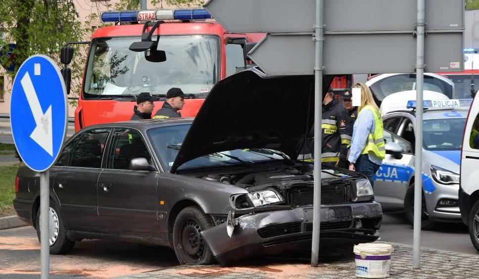 Film do artykułu: Wypadek w Rybniku na skrzyżowaniu Kotucza Zebrzydowicka ZDJĘCIA Kierowca audi zasłabł i staranował znak oraz inne samochody
