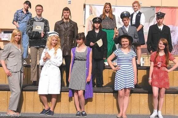 Licealna młodzież chętnie włączyła się do projektu. Na zdjęciu podczas pokazu mody z czasów PRL.
