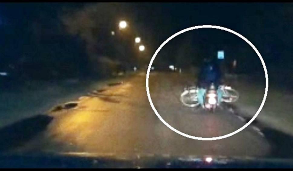 Film do artykułu: Pijany z dożywotnim zakazem wiózł rower na skuterze. Zobacz wideo