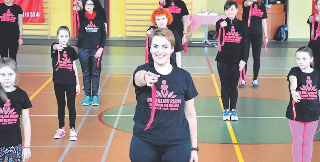 """Na zdjęciu finał akcji ,,One Billion Rising"""" w hali sportowej SP nr 3 w Sławnie"""