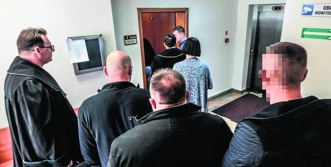 Oskarżeni już na samym początku procesu, czyli w kwietniu tego roku złożyli wnioski o poddanie się karze. Prokuratura zarzucała im to, że zaopatrywali