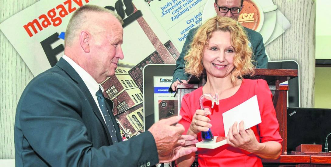 """Statuetkę """"Złoty Stetoskop"""" odebrała dr Marzena Anaszewicz, specjalista chorób wewnętrznych i kardiolog."""