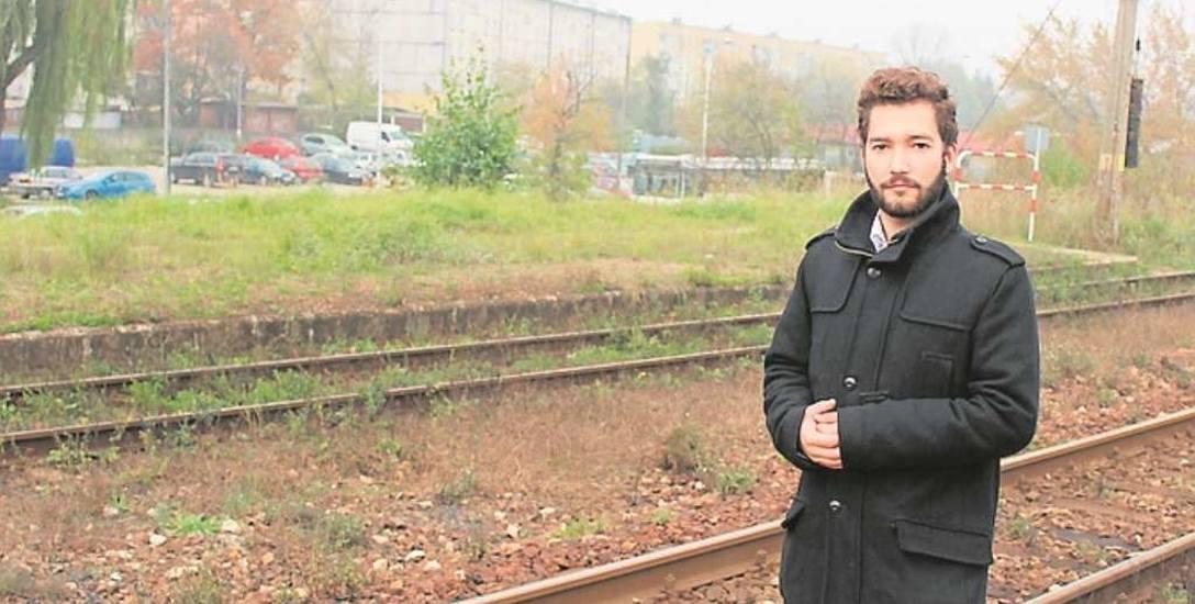 Krzysztof Brandys przy torach, za którymi powstaną parkingi